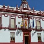 Banderas a media asta y crespón negro en el Ayuntamiento de Bailén por Adolfo Suárez